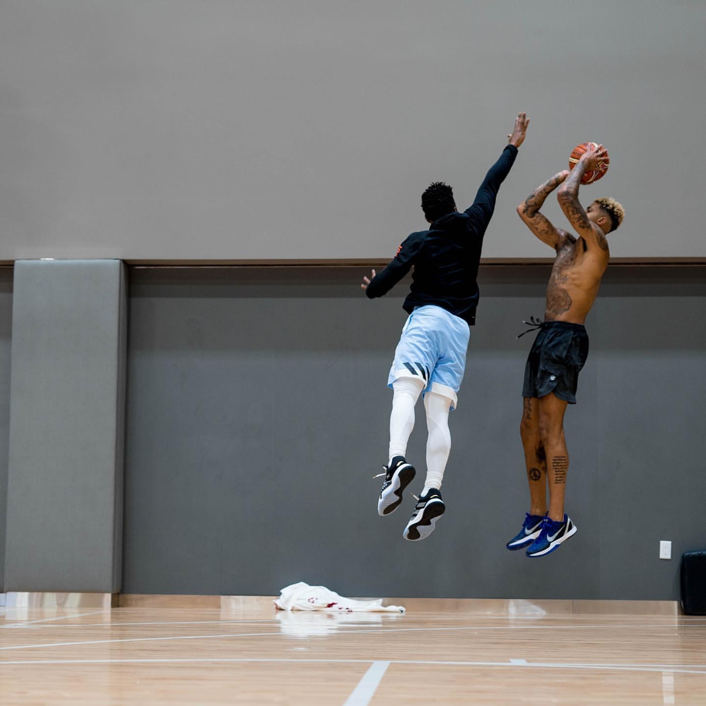 切磋球技!库兹马公布与米切尔训练照:在他面前干拔投篮