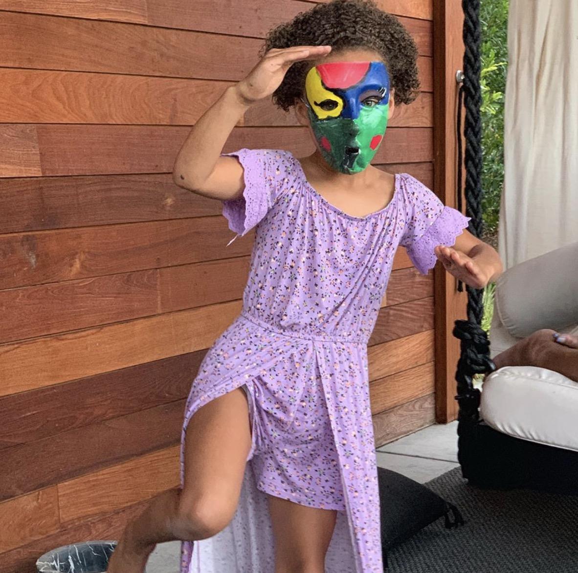 斯蒂芬-库里ins晒女儿戴面具的照片