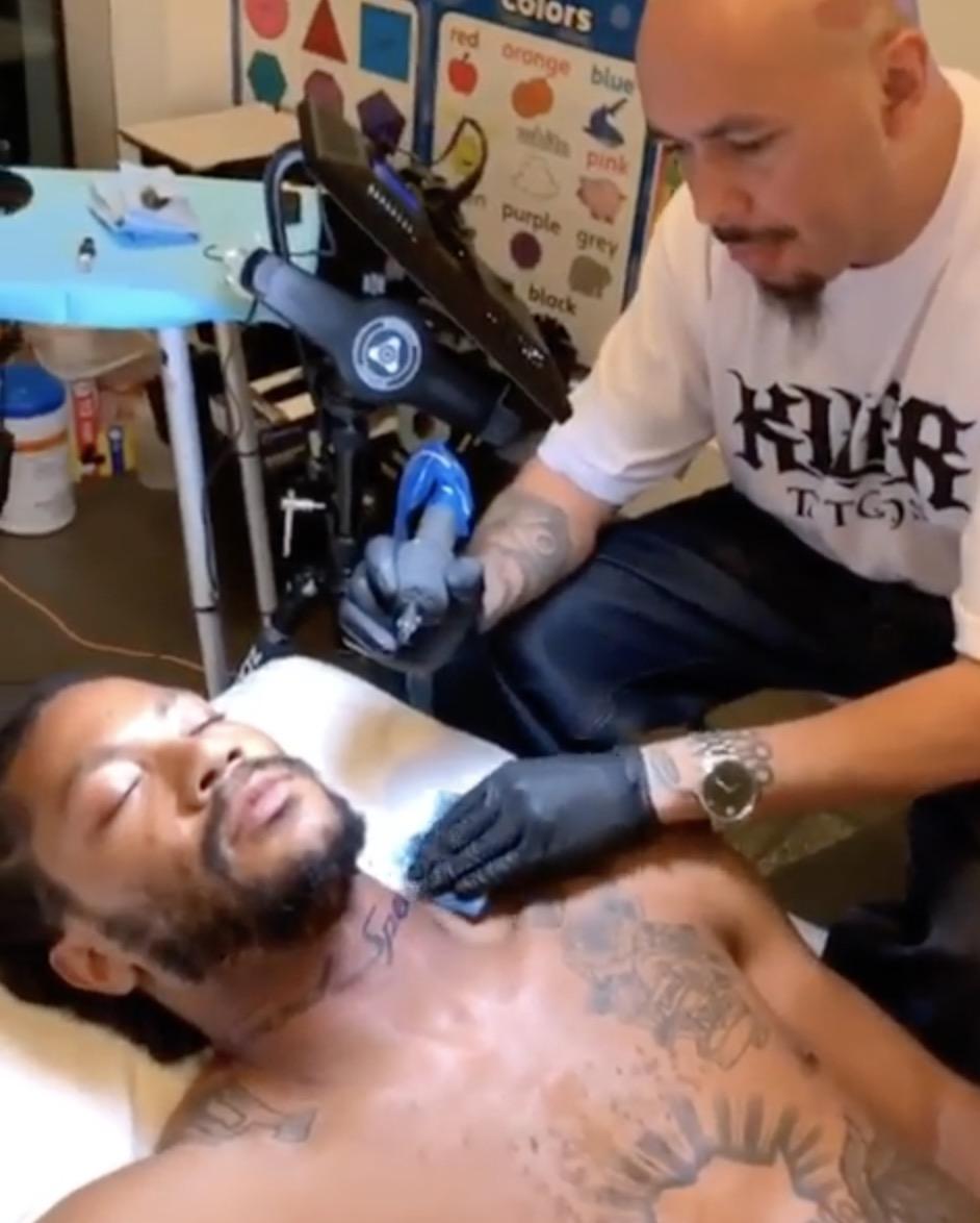 """罗斯在脖子处添加新纹身,内容为""""神的速度"""""""