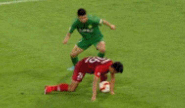 GIF:华夏幸运球员禁区内手臂碰球,马宁并未理睬