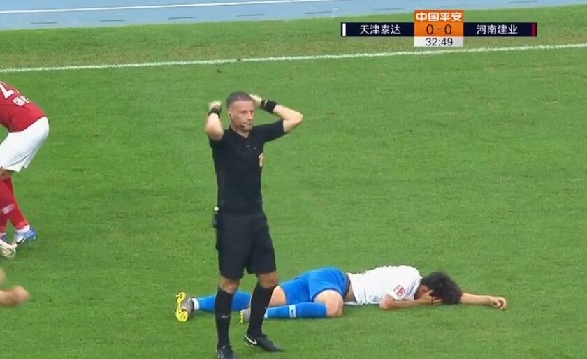 GIF:胡睿宝与谢维军相撞同时破头,前者被送往医院