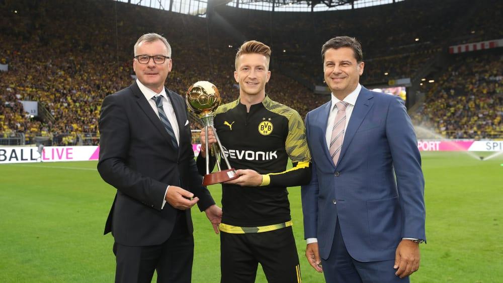 荣誉!罗伊斯超级杯赛前领取德国足球先生奖杯