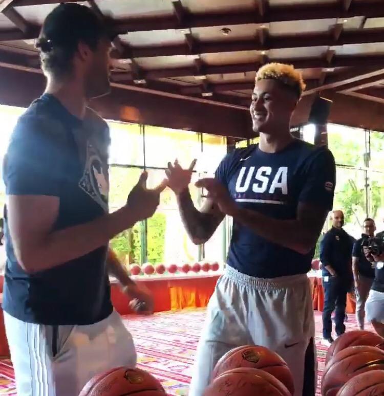 NBA官方晒出今日美国男篮成员报到并为篮球签名动态