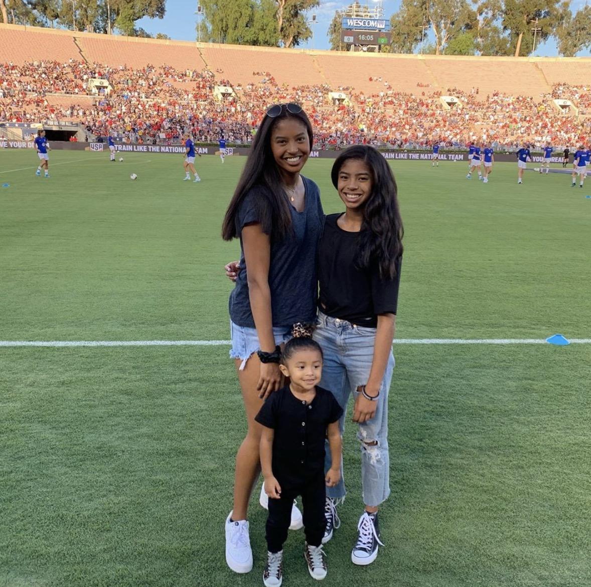科比ins晒三个女儿现场观看足球比赛的照片