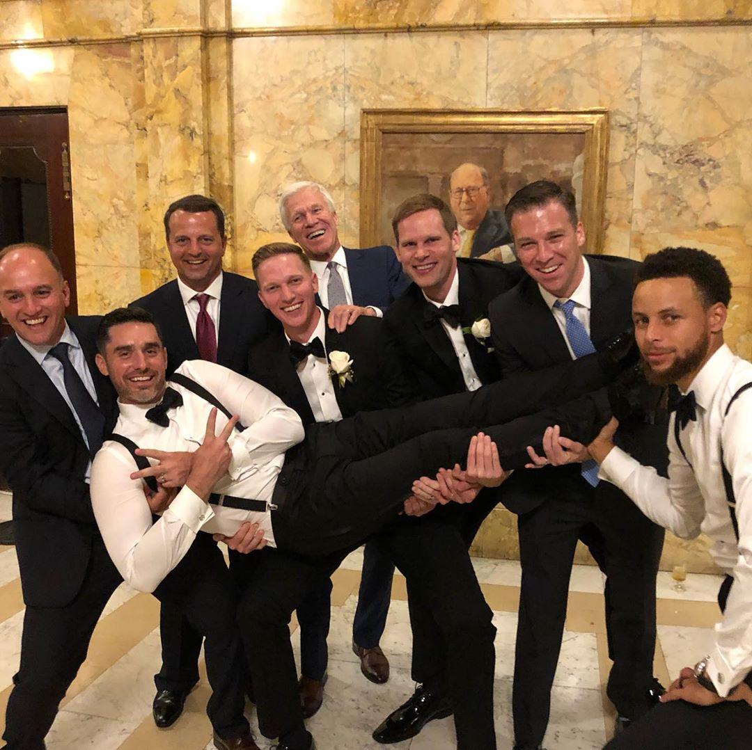 库里更新社交媒体,晒出自己参加大学队友婚礼照片