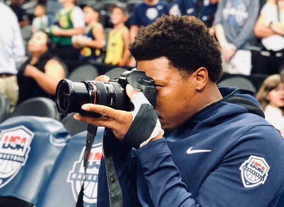 全神贯注!洛瑞在美国男篮训练营场边拍摄照片