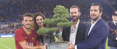 一图流:什么造型?这棵盆栽可是皇马和罗马争夺的奖杯