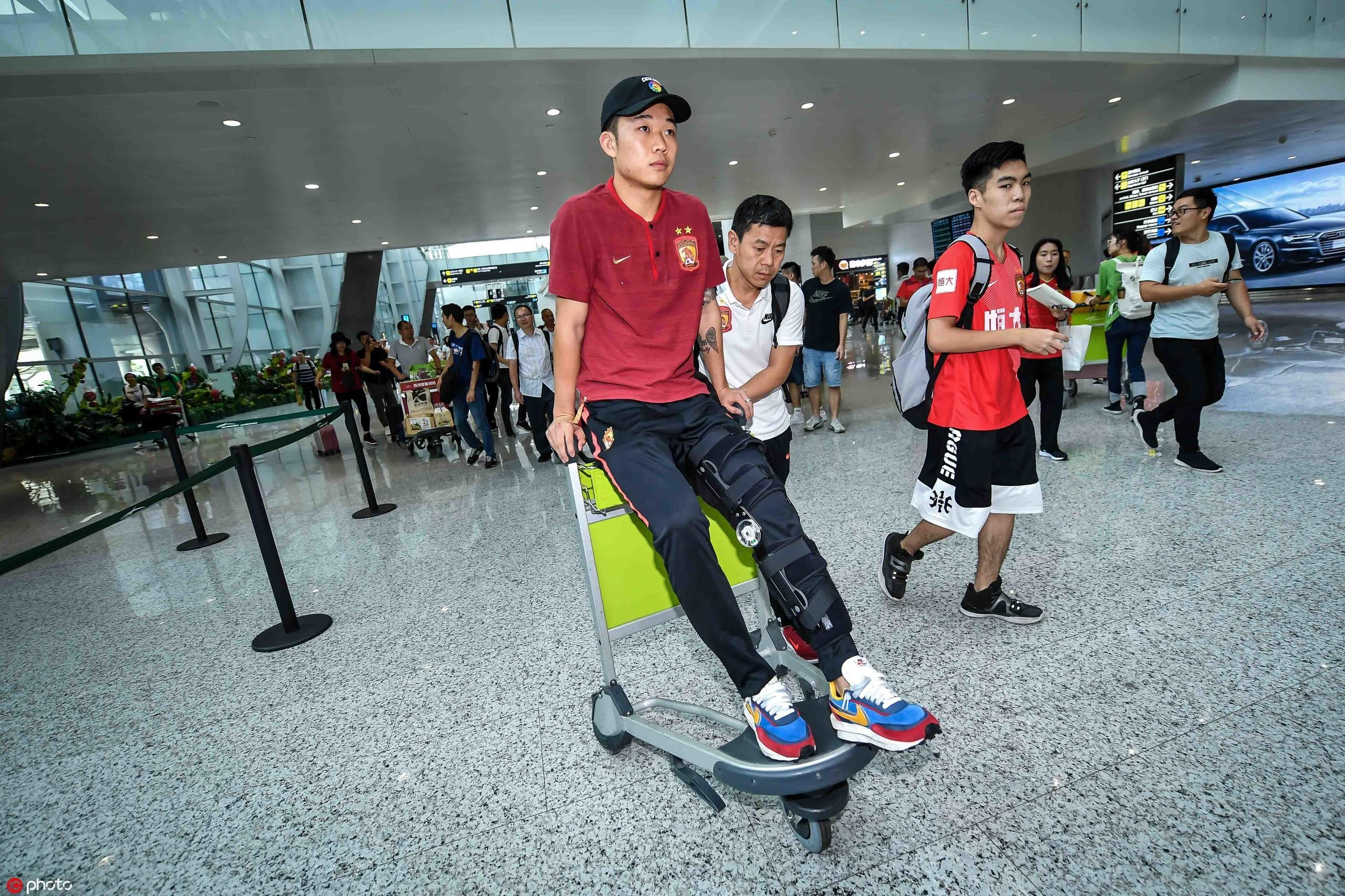 腿部受伤无法行走,严鼎皓用机场小推车临时充当轮椅