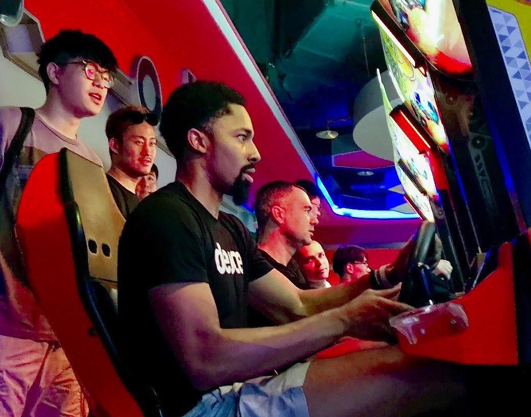 放松身心!篮网官方晒出丁威迪上海行照片