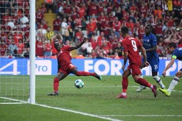 足球世界:GIF:菲尔米诺传球被凯帕挡出,马内跟进补射扳平