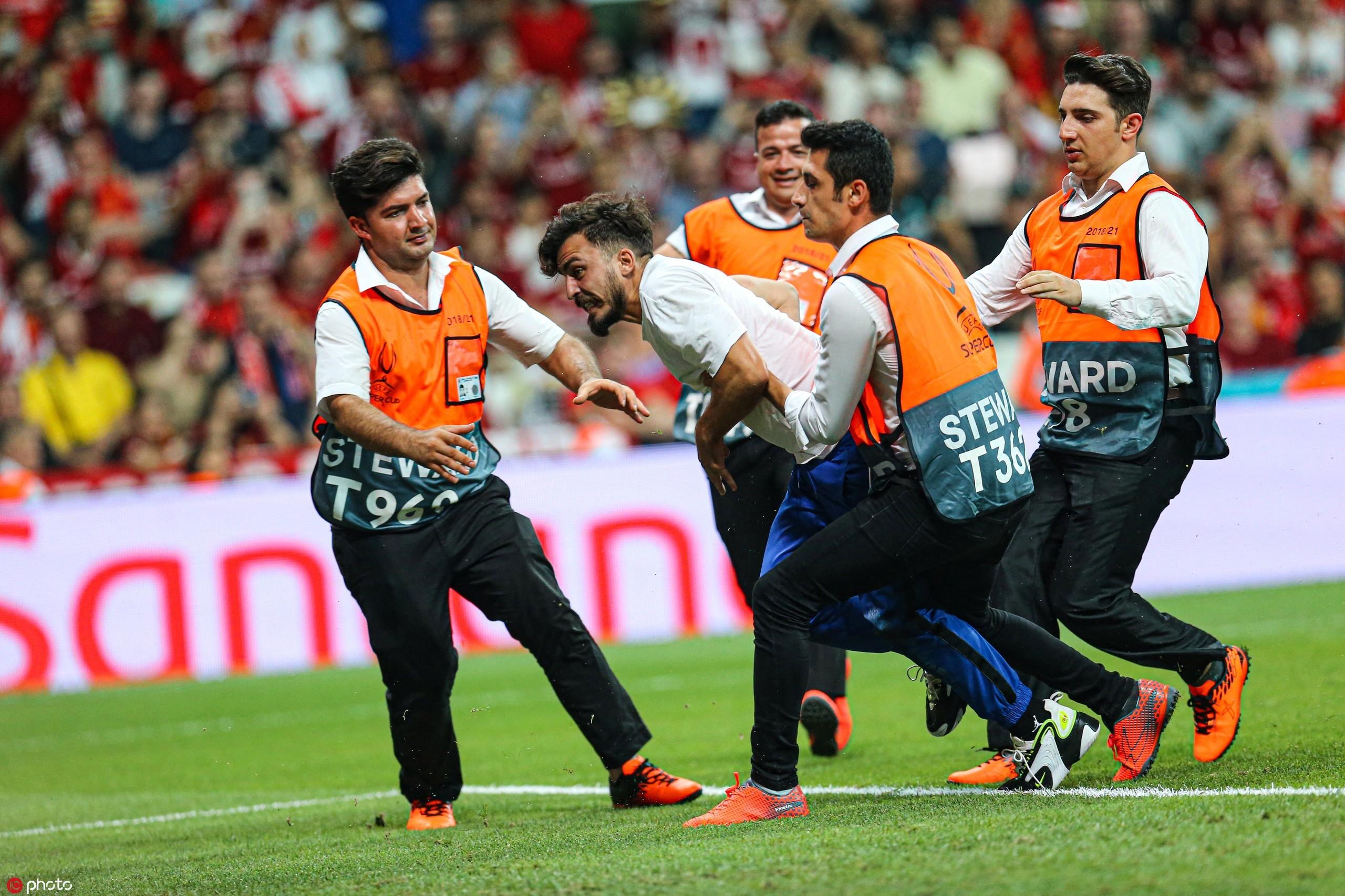 多图流:帅不过三秒!球迷冲场滑跪,遭保安驱逐跌倒