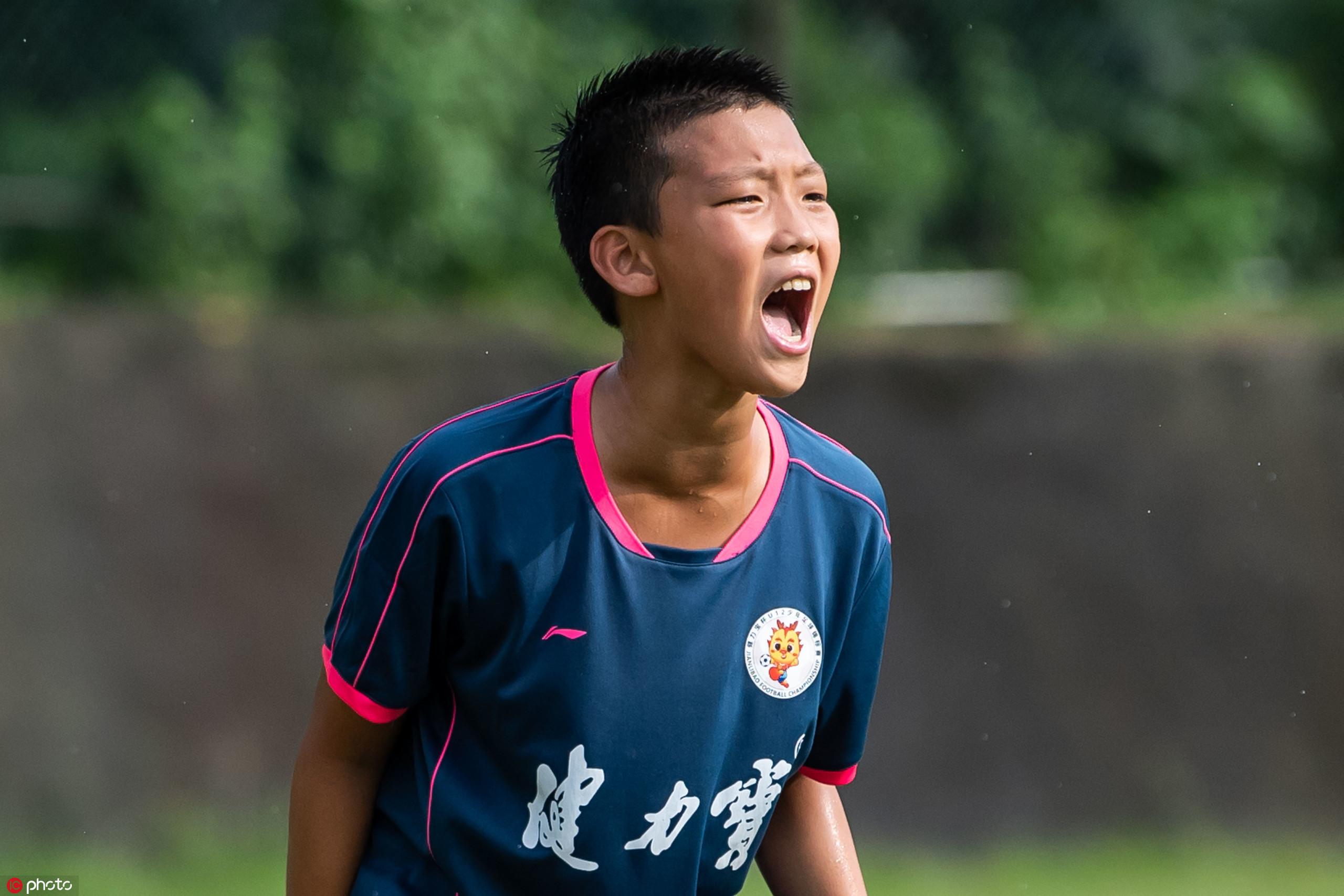 多图流:郑智爱子出战U12比赛,举手投足颇似父亲