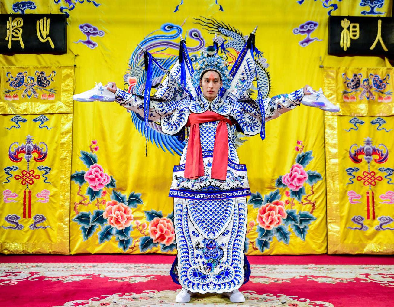 林书豪中国行Day 1:学京剧&毛笔字,与粉丝亲密互动