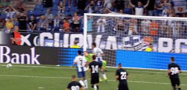 GIF:武磊传中制造点球,格拉内罗主罚被扑