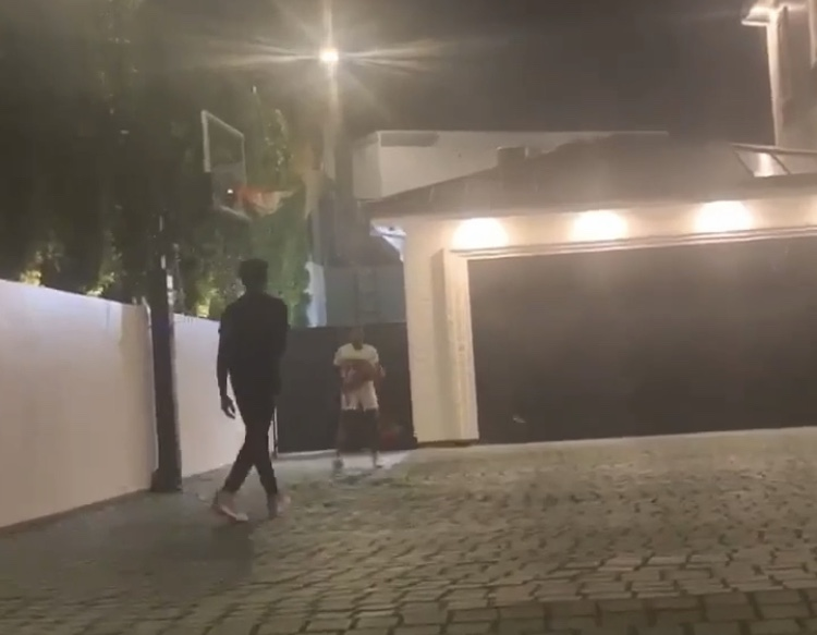 父子传承!詹姆斯拍摄两个儿子清晨5点后院练球动态