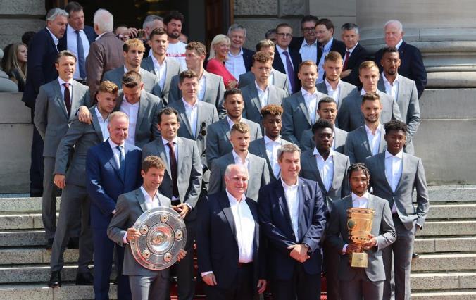 多图流:拜仁全队受巴伐利亚州长之邀,参加嘉奖典礼