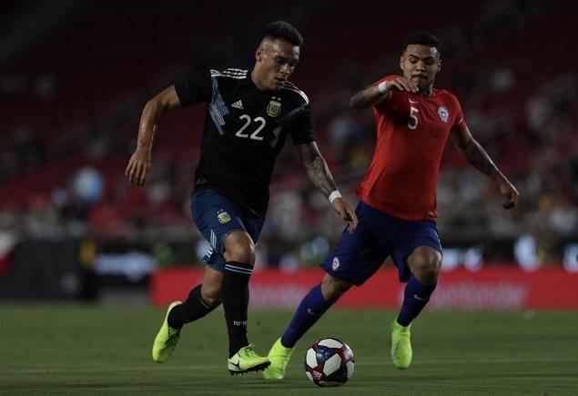 友谊赛:卢卡斯头球中框两边比分人染黄,阿根廷0-0智利
