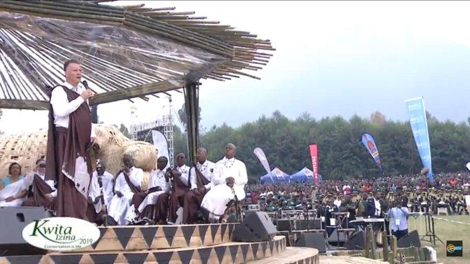 退息真安详!范添尔hg0088平台卢旺达旅游,给大猩猩命名