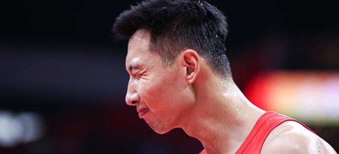 上半场落后4分,中国男篮出现10次失误