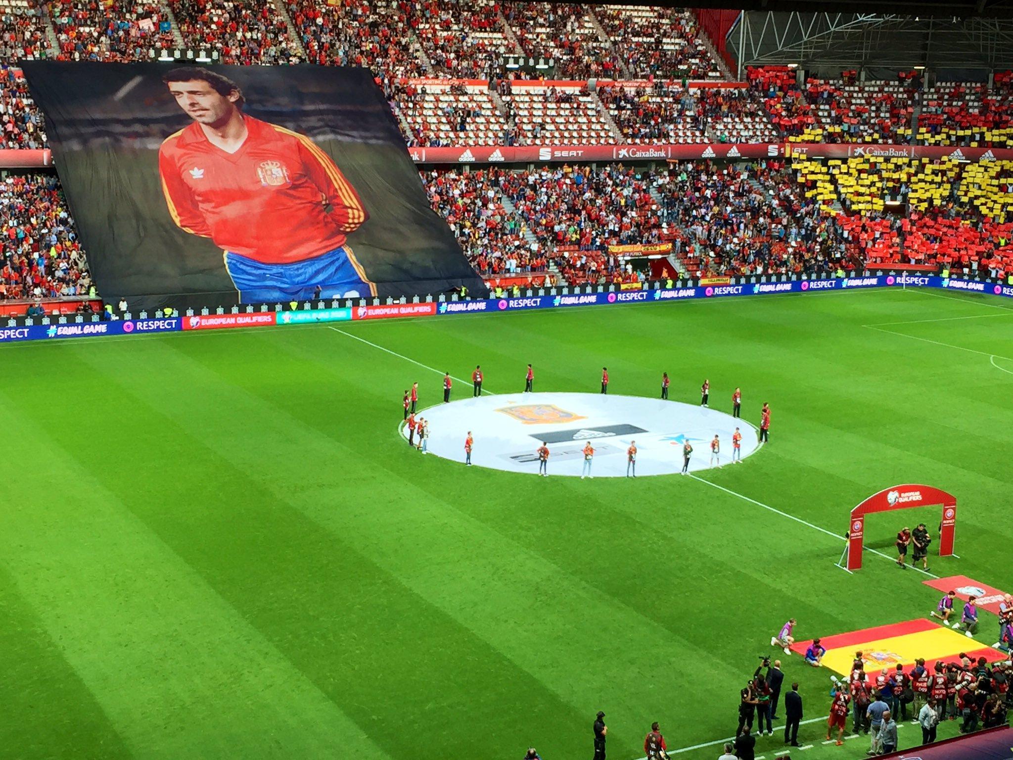 永垂不朽,西班牙国家队比赛前纪念传奇球星奎尼
