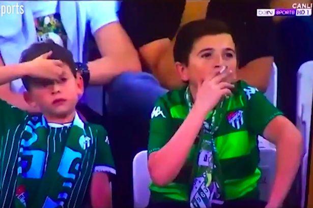 土耳其赛场电视转播拍到一男孩球场吸烟,实际已36岁
