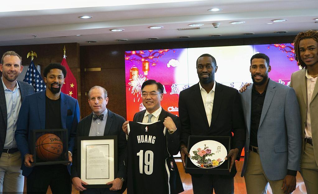 布鲁克林篮网队与中国外交官在纽约庆祝中秋节
