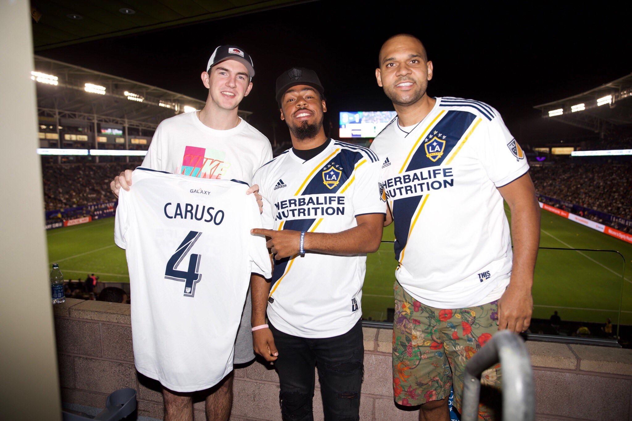 卡鲁索、库克和杜德利一同观看洛杉矶银河队比赛