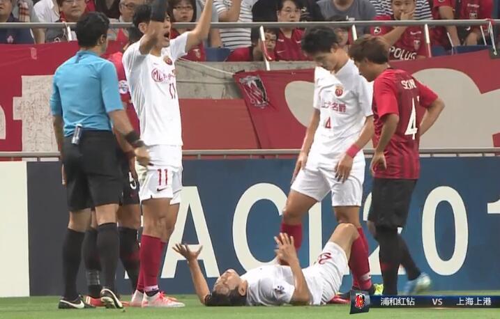 GIF:杨世元无对抗膝盖扭伤,林创益替补登场