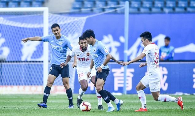 郑龙董岩锋先后破门张翀救险,足球网址方2-0深圳
