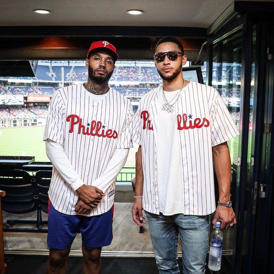 费城一家亲!西蒙斯、斯科特在MLB费城人主场合影