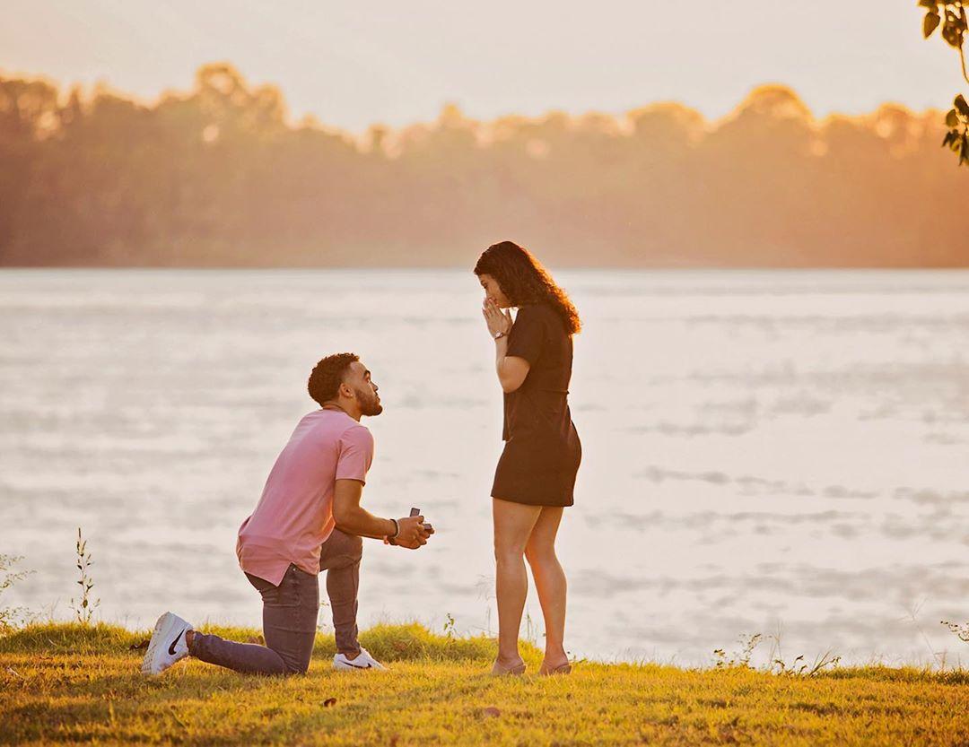 甜蜜浪漫!泰厄斯-琼斯向女友求婚成功
