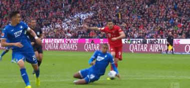 GIF:霍芬海姆球员禁区内手球,但裁判未作出默示
