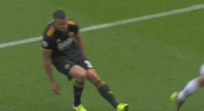 GIF:狼队中卫防守时受伤无法坚持,本内特替补登场