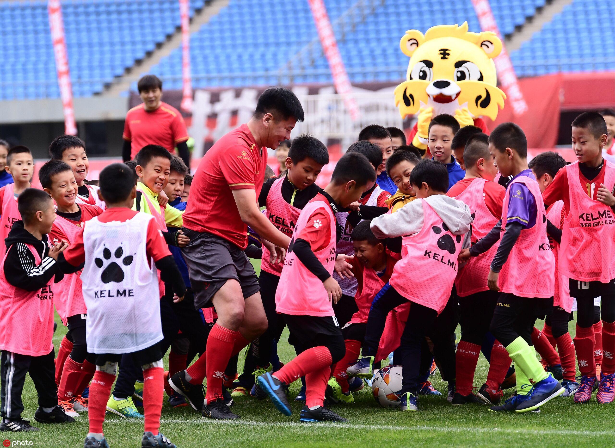 多图流:李金羽、肇俊哲、张玉宁三人对决50位足球少年