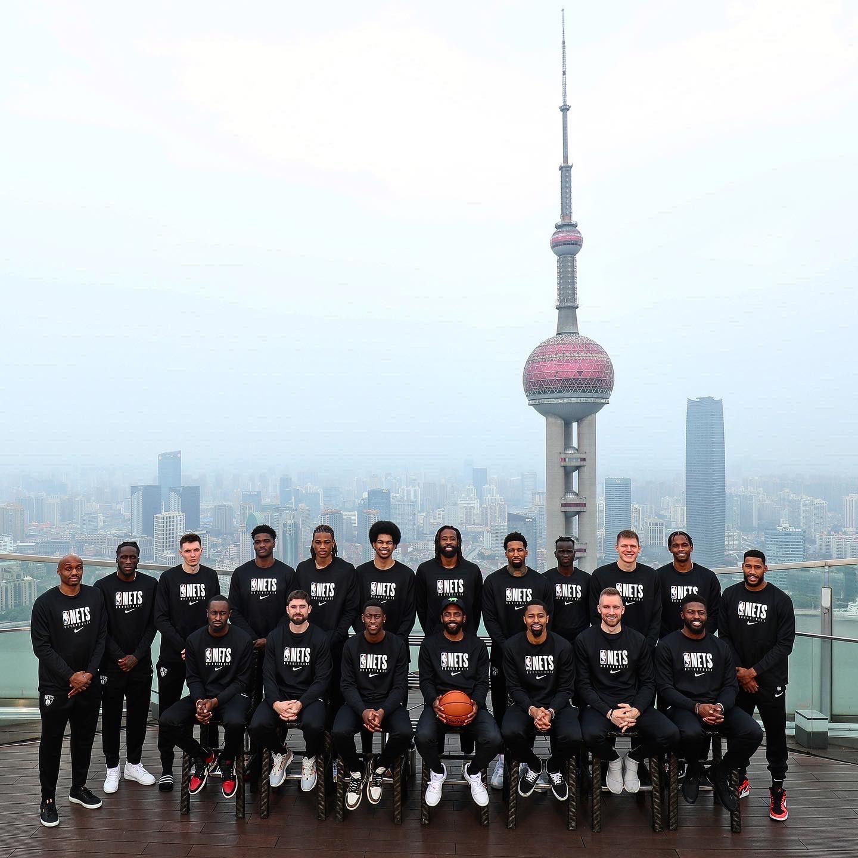 篮网官方发布球队今日在上海出席活动并拍摄全队合影组图