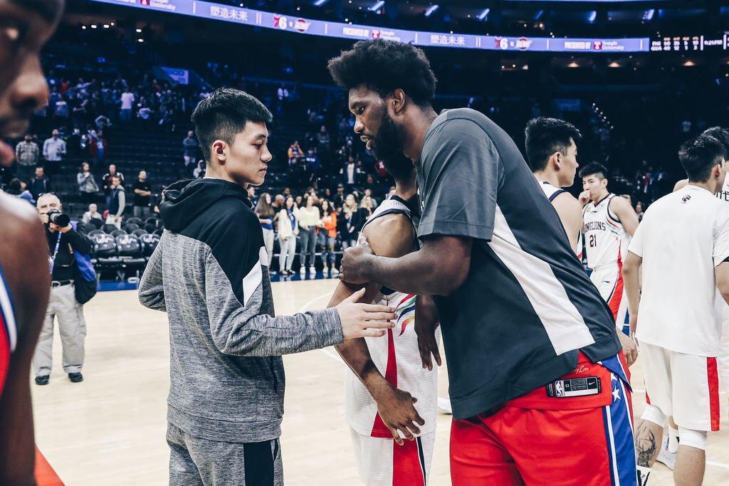 尊重!76人官方社媒更新与广州龙狮队比赛的赛后照
