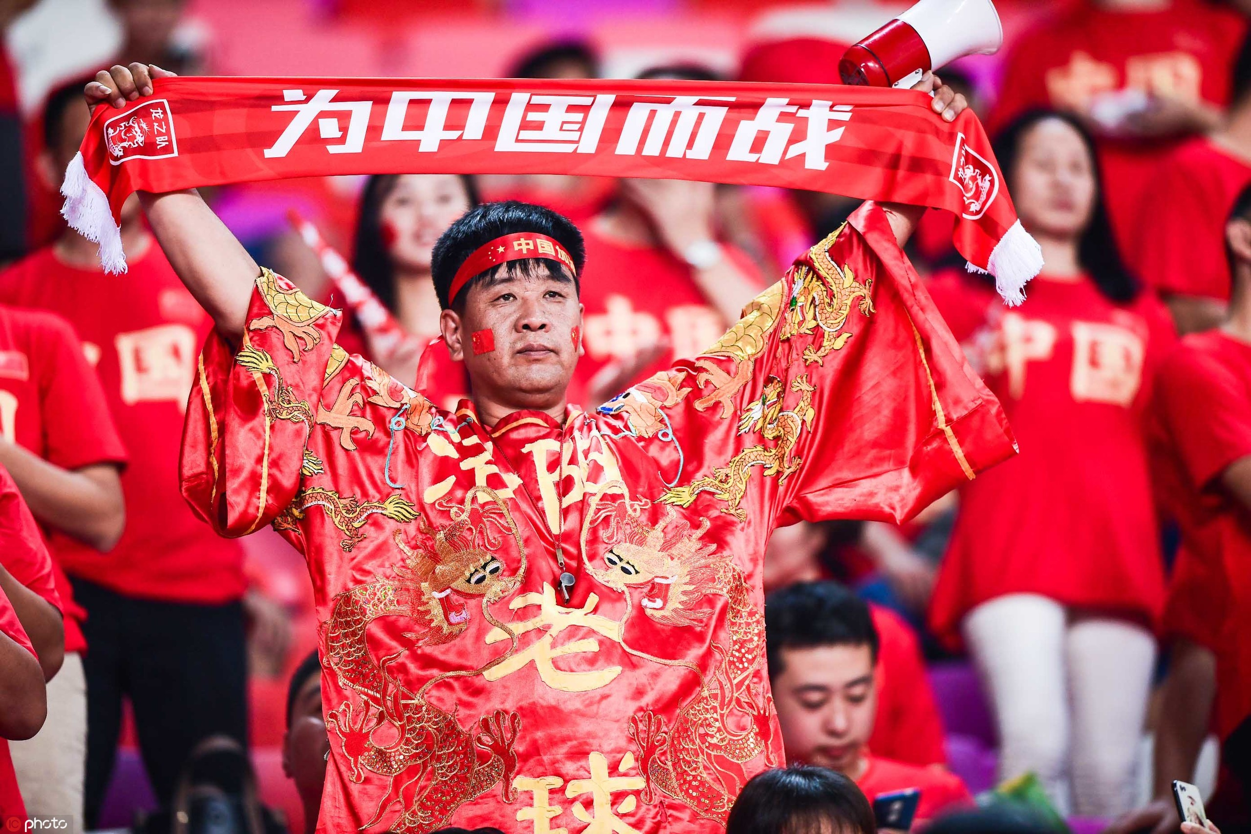多图流:同袍一心!天河体育场变成红色海洋