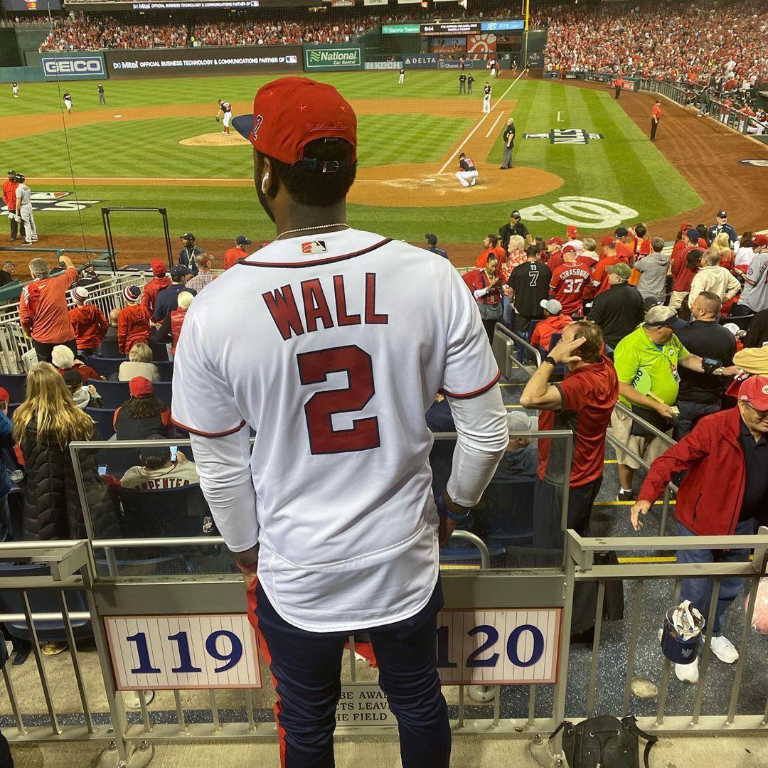 帅气咄人!沃尔更新社媒展示自己观看棒球比赛时的照片