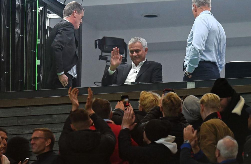 曼联球迷起立鼓掌迎接穆里尼奥,穆帅回赠飞吻