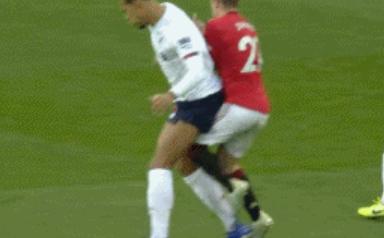 GIF:对抗激烈,丹尼尔连续被范戴克和法比尼奥撞倒