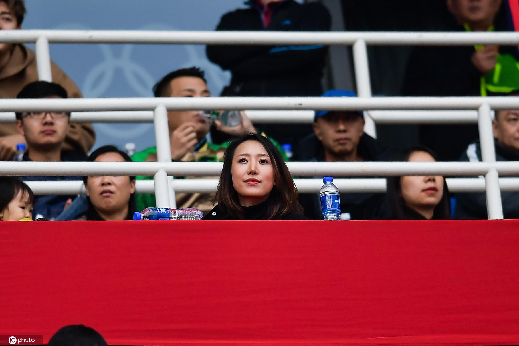 一图流:老总文筱婷北京客场观战,遗憾目睹球队冲超失败