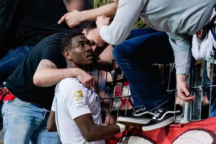 道歉!阿拉巴赛后走上球迷看台与球迷对话