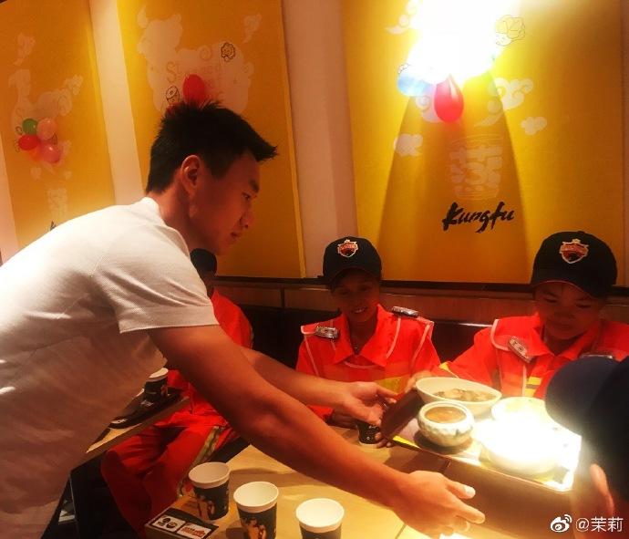 暖心!深足队员为环卫工人送餐到桌,一同吃饭聊天交流