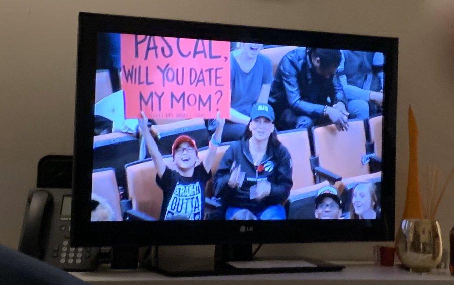 小球迷为母亲表达爱意:西亚卡姆,你愿意和我妈妈约会吗