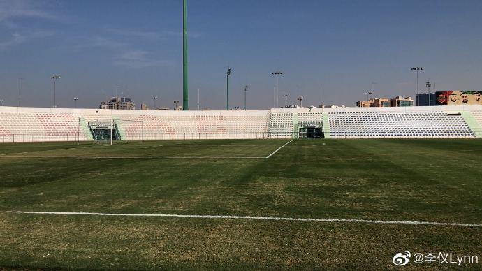 记者:沙迦体育局配合国足要求,近日抓紧护理球场草皮