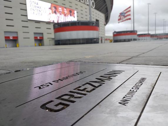 欢迎回来!马竞为格列兹曼修缮纪念铭牌