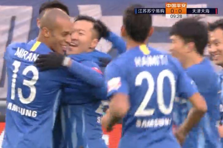 GIF:超级个人秀!吴曦与队友撞墙配合过人射门得分