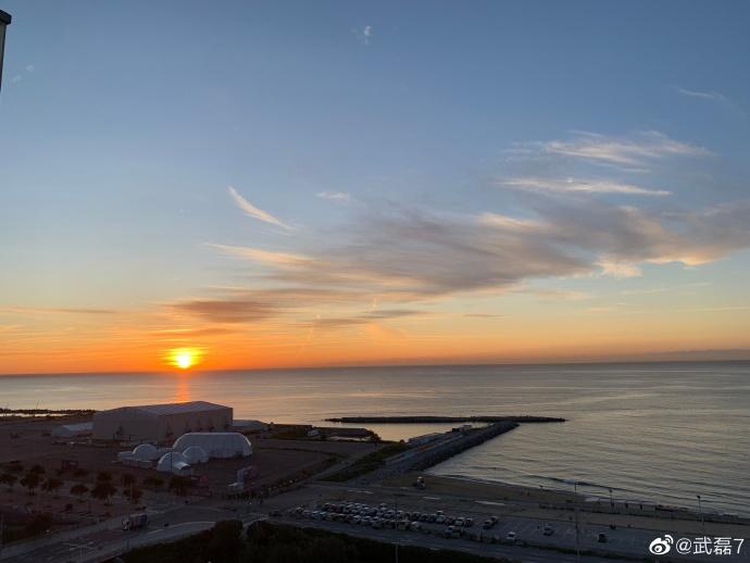 武磊分享海边日出照:新的一天,向前看