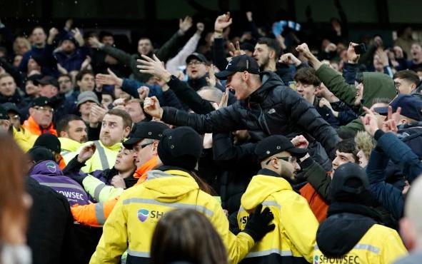 西汉姆联球迷涉嫌高喊歧视同性恋口号,或遭英足总调查