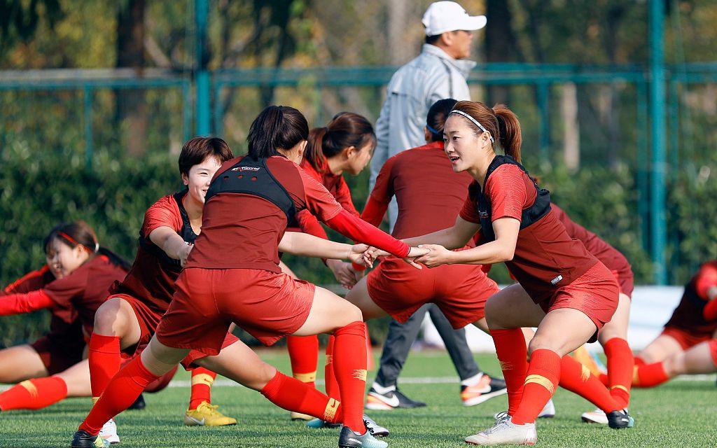 新京报:结束武汉集训,中国女足12月5日赴韩备战东亚杯